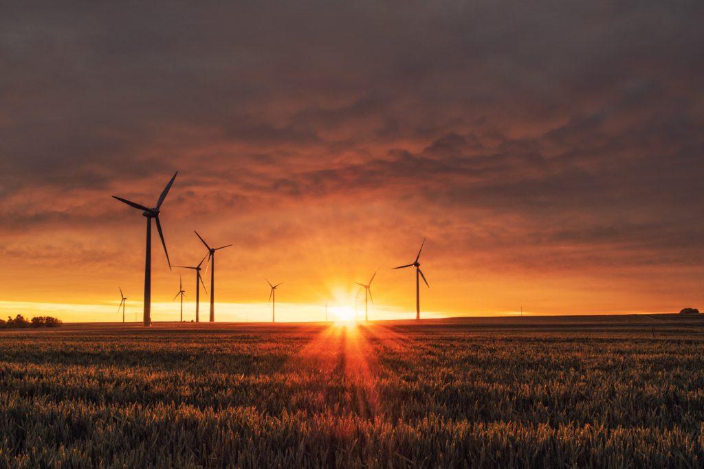 Windkraft Anlage in der Goldene Stunde