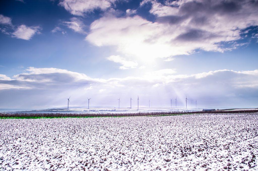 Windkraft Anlage im Schnee
